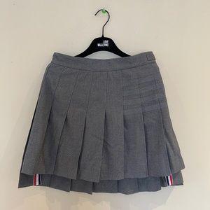 Dropped back mini pleated skirt